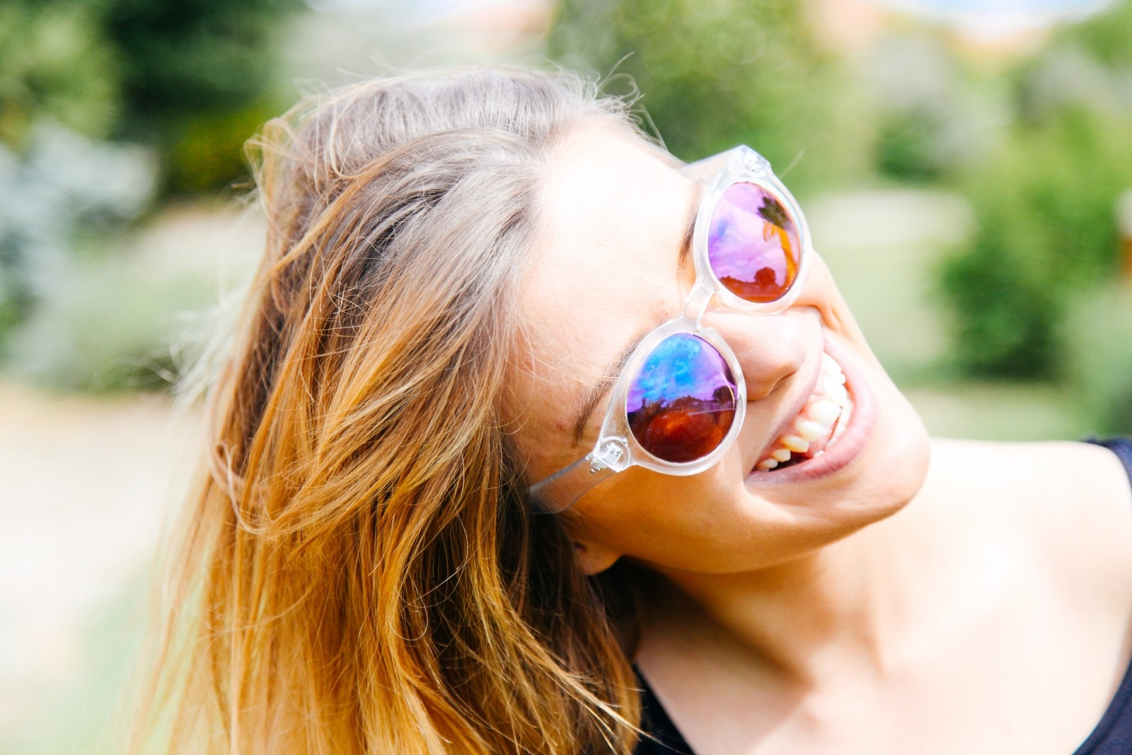 smiling-young-woman-in-sunglasses